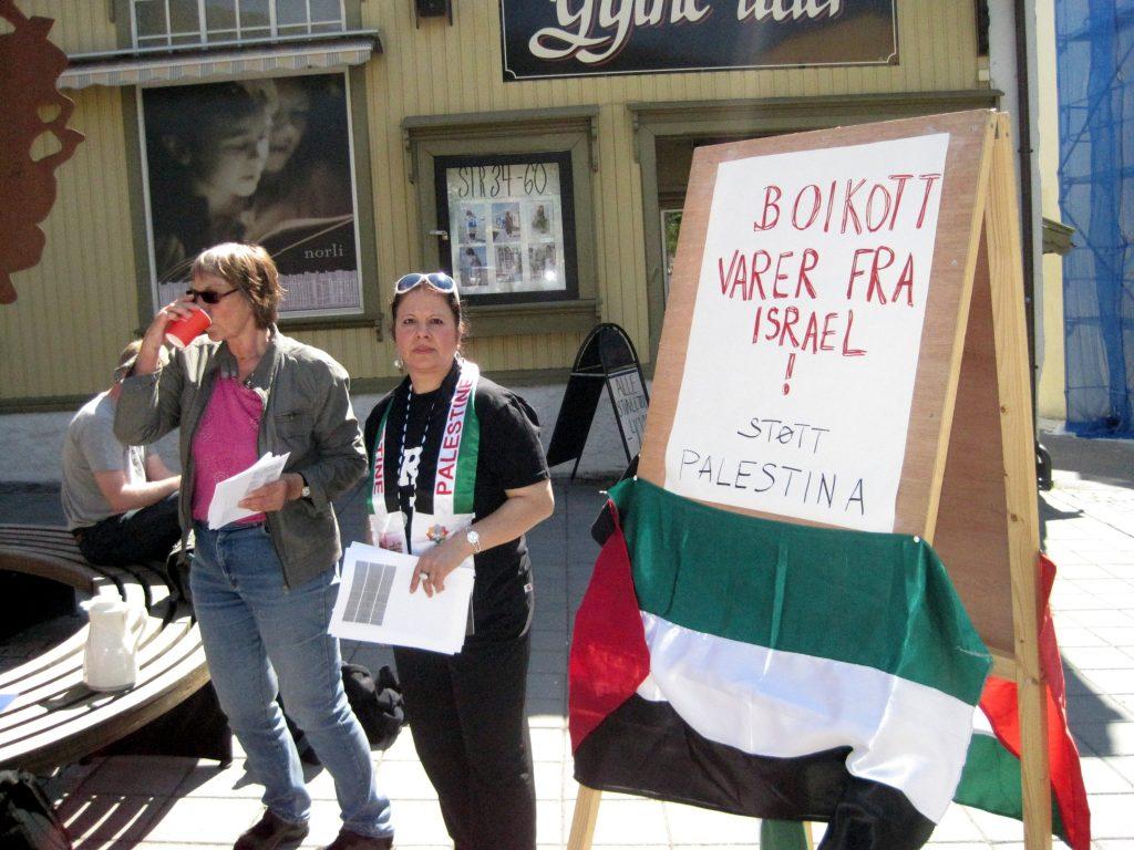 Her oplyser norske aktivister forbrugere om, at de skal undgå at købe israelske varer.